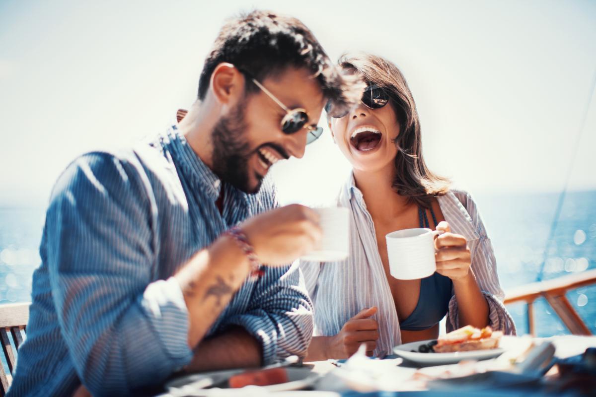 Una parella pren cafè