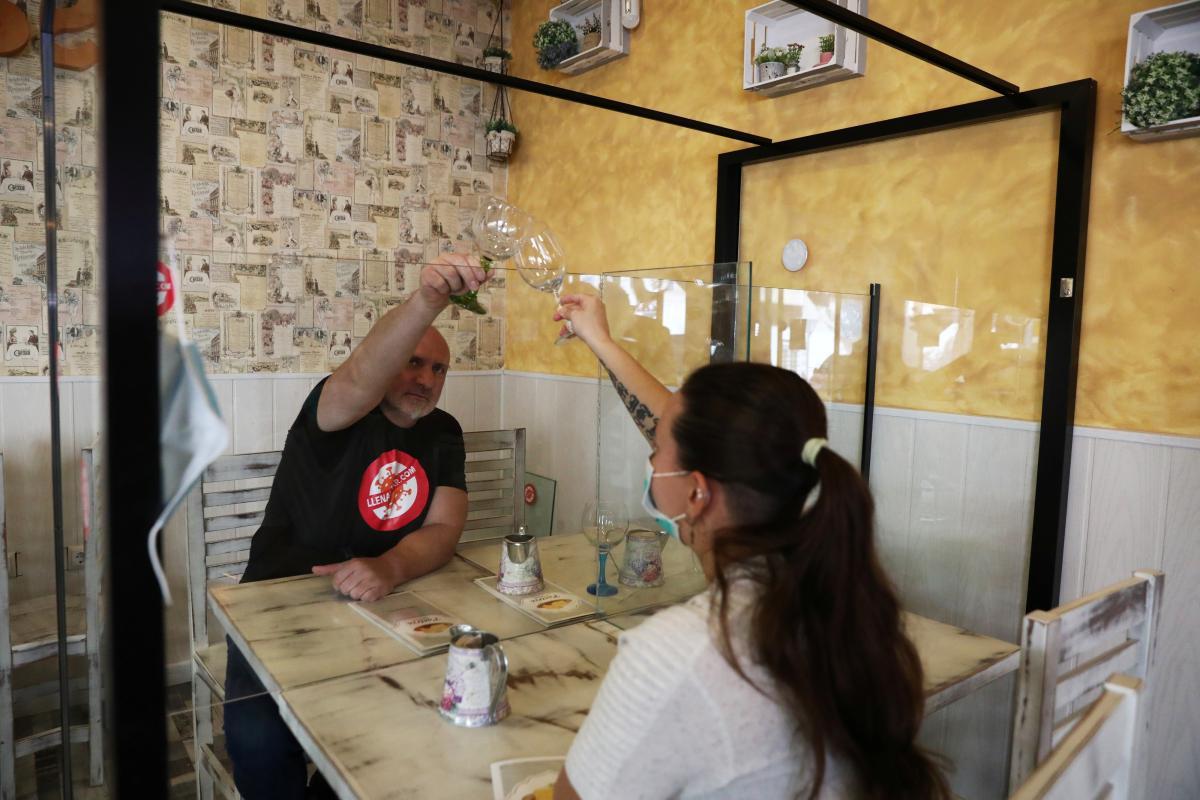 Comer entre mamparas, controles de temperatura y menús en el móvil: las ideas que un hostelero está poniendo en marcha en su restaurante para la reapertura