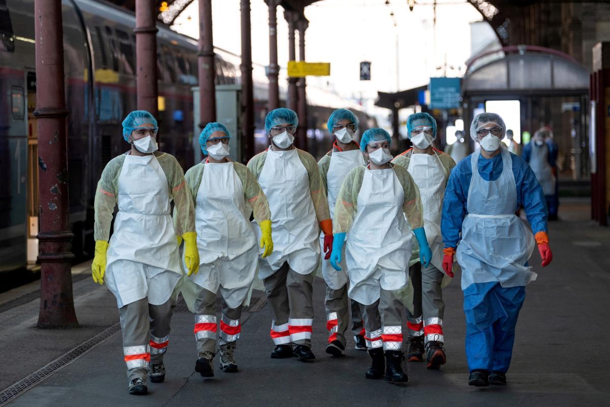 """La comunidad médica da la voz de alarma: las medidas anticoronavirus """"no son suficientes"""" y hay que pasar a la acción para evitar un nuevo colapso de la sanidad"""