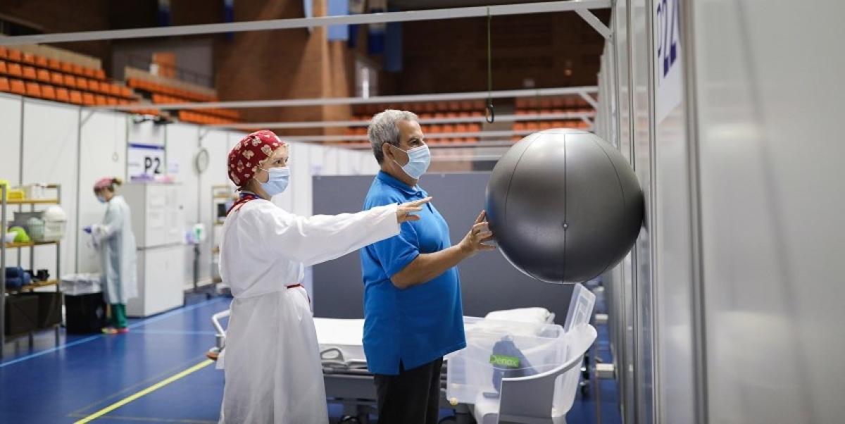 El coronavirus como oportunidad laboral: la historia de un cajero de supermercado y una auxiliar de enfermería