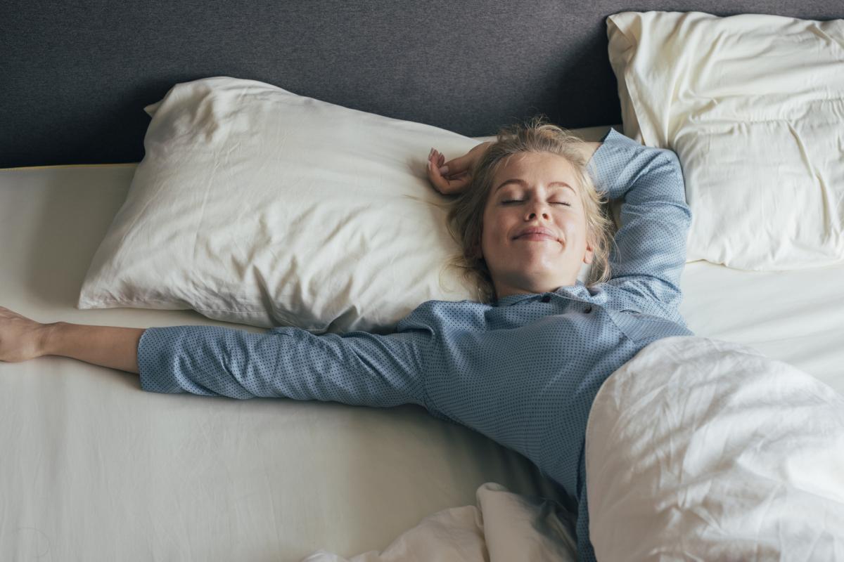Por qué no deberías cenar justo antes de irte a dormir, según la ciencia