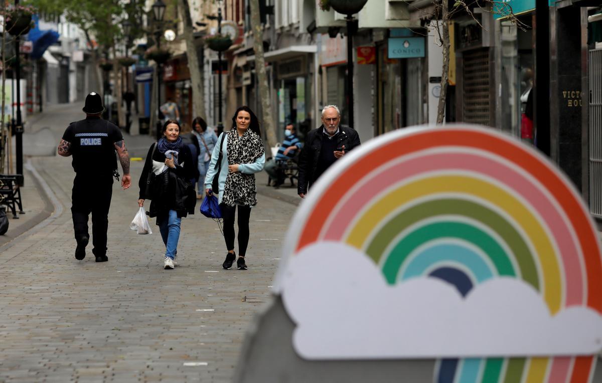 Habitantes de Gibraltar caminando por la calle principal sin mascarilla.
