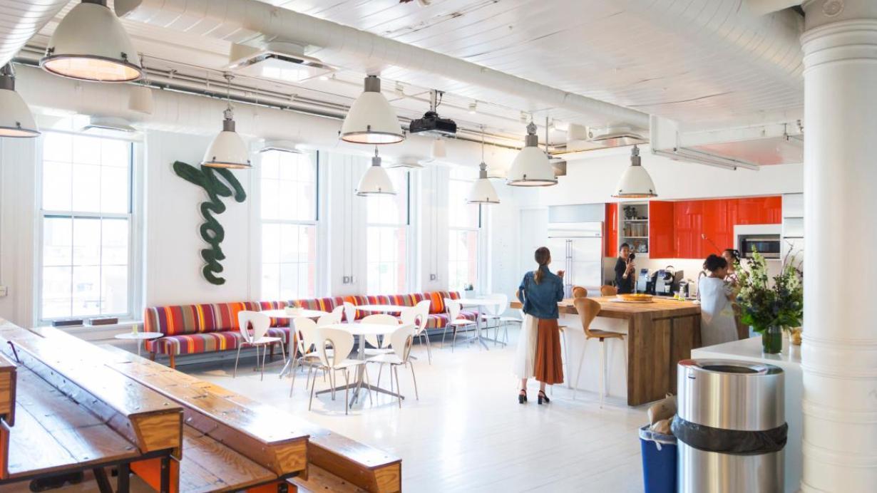 Así serán los despachos de abogados del futuro, según un moderno bufete de Nueva York: tiburones colgando del techo y reuniones en gradas restauradas