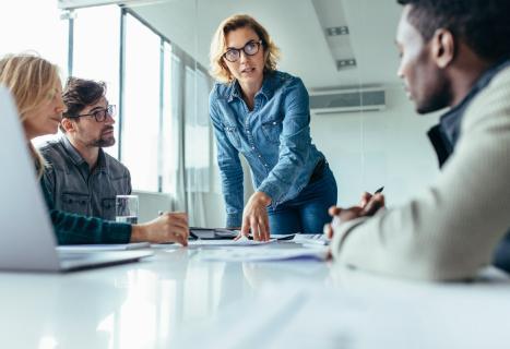 Reunión de trabajo con hombres y mujeres