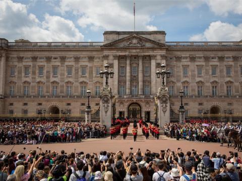 Multitud fuera del Palacio de Buckingham en Londres.