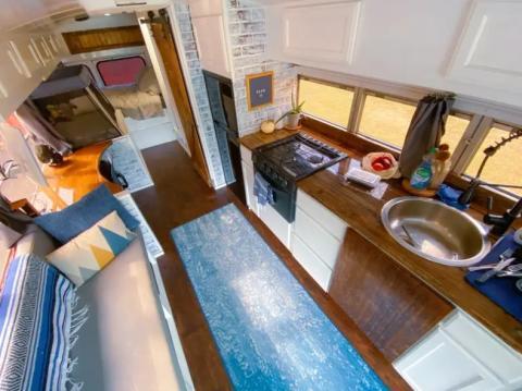 Una mesa sobresale del fregadero y se puede usar tanto fuera como dentro del vehículo