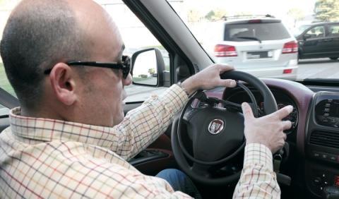 volante adaptado en un coche para discapacitados