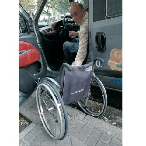 Coche para un discapacitado físico y su silla de ruedas