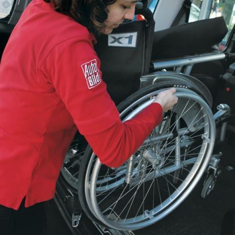 silla de ruedas en un coche para discapacitados