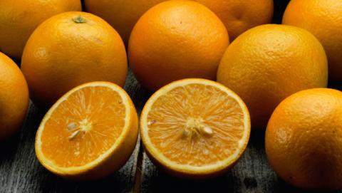 Asegúrate de fregar la fruta, incluso si tiene monda.