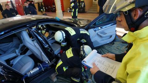 Bomberos cortan nuevo Porsche Panamera rescate