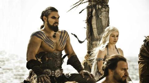 Khal Drogo lleva campanas en el pelo. Es una tradición de su pueblo que la HBO no ha respetado.