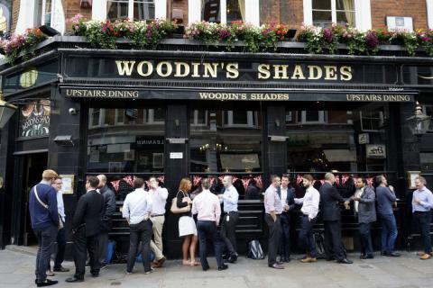 Pub en una ciudad de Reino Unido
