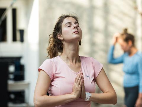 Una mujer medita y se relaja.