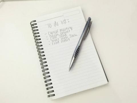 Libreta con una lista de cosas por hacer
