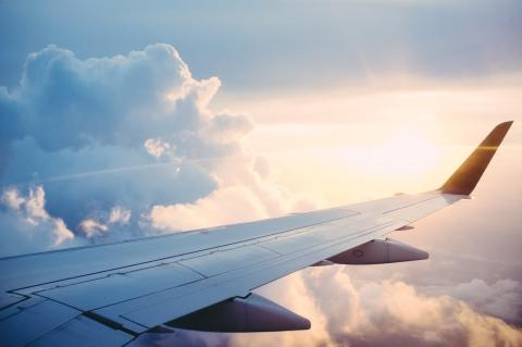 Ala de un avión en el aire
