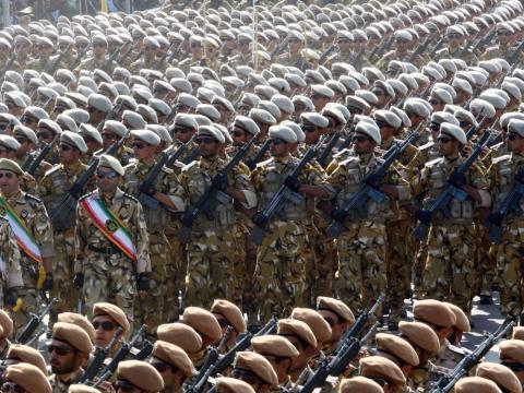 Miembros del ejército de Irán desfilan en Teherán el 22 de septiembre de 2011 durante la conmemoración del aniversario de la guerra entre Irán e Iraq