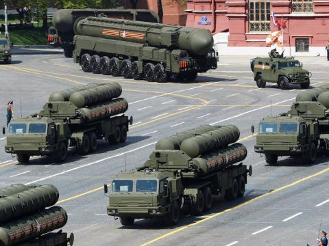 Rusia muestra sus misiles tierra aire S-400 Triumph y SA-21 Growler de medio y largo alcance durante el desfile del Día de la Victoria en la Plaza Roja de Moscú el 9 de mayo de 2015.