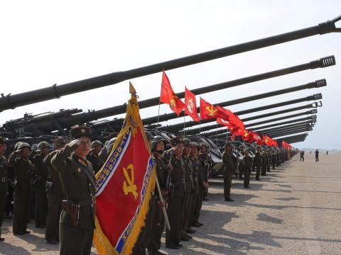 Maniobras militares para conmemorar el 85 aniversario del Ejército Popular de Corea. La fotografía fue facilitada por la agencia de noticias estatal el 26 de abril de 2017.