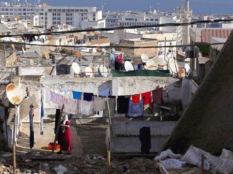 Una mujer cuelga la colada en el techo de su casa del casto antiguo de Casbah (Argelia).