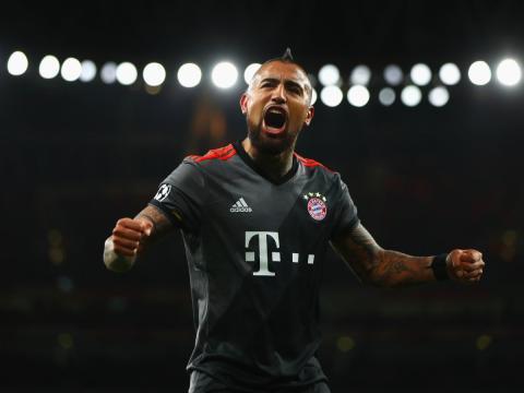 Arturo Vidal, jugador de fútbol del Bayern Munich, celebra un gol.