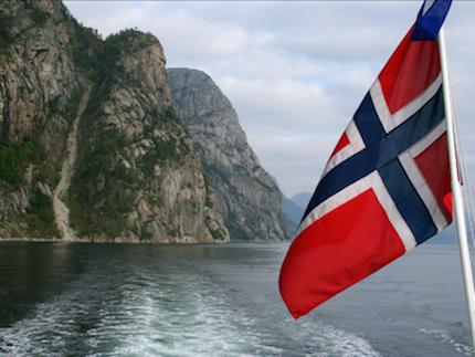 Bandera Noruega en los fiordos