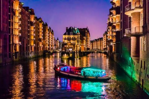 Barco discoteca sobre un Río en Hamburgo. Fiesta de noche o al atardecer.