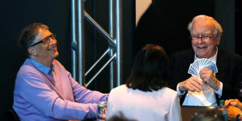 Bill Gates y Warren Buffett juegan a las cartas