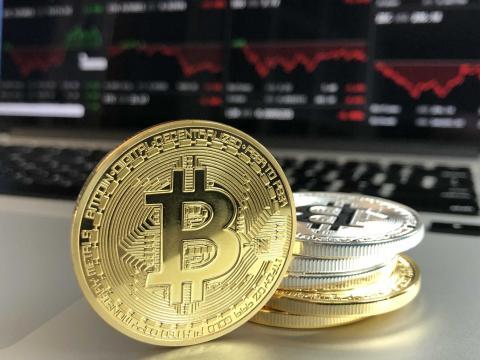 Un bitcoin es una criptomoneda.