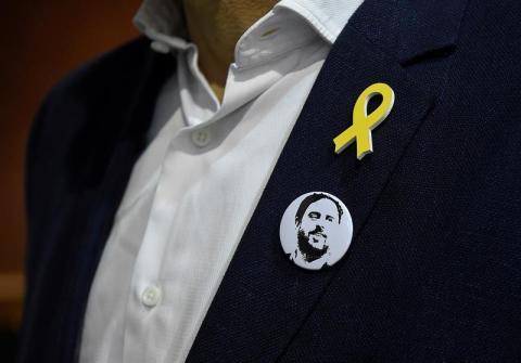 Una chapa con el rostro de Oriol Junqueras, candidato de ERC en las elecciones del 21D en Cataluña