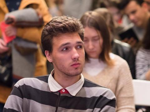 Un chico joven se muestra pensativo en una charla
