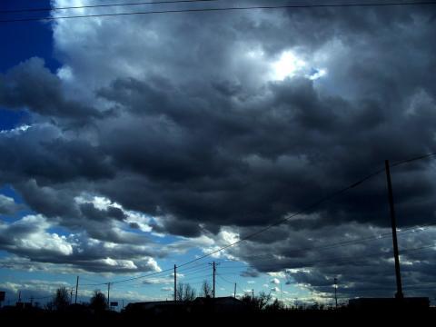 Cielo nublado con algunos rayos de luz
