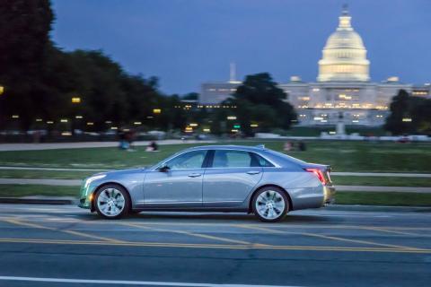 Un Cadillac Super Cruise frente al Capitolio de Estados Unidos.