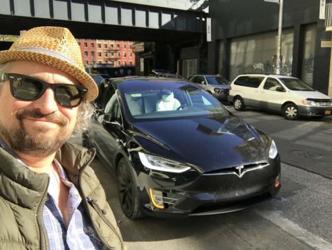 Un vehículo Tesla equipado con su sistema de conducción autónoma Autopilot