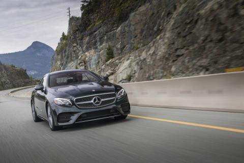 Un Mercedes Benz equipado con funciones de conducción autónoma circula por la carretera