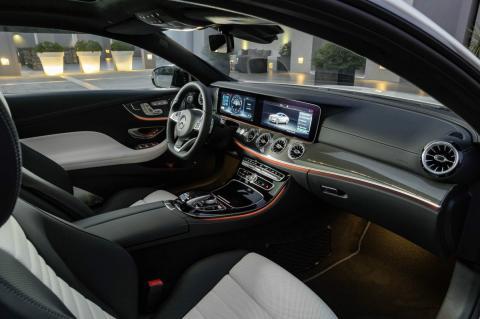 Interior de un Mercedes Benz equipado con su sistema de conducción autónoma Drive