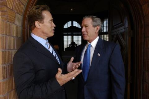 Arnold Schwarzenegger y George Bush, aunque discrepan a menudo, son amigos