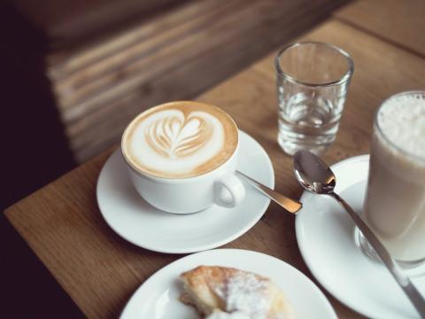 Desayuno con café y bollería
