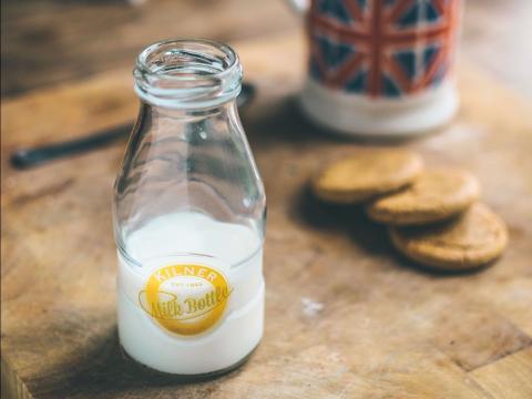 desayuno de leche y galletas