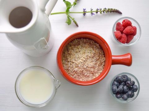 Un desayuno de avena y frutos rojos