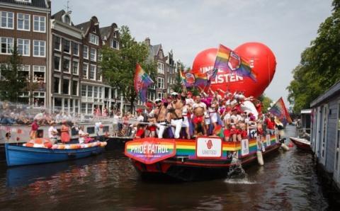 Desfile fluvial del orgullo gay en Amsterdam
