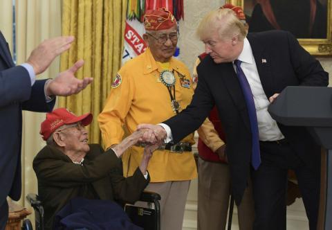 Donald Trump saluda a un locutor de claves navajo durante el reconocimiento a su labor durante la IIGM