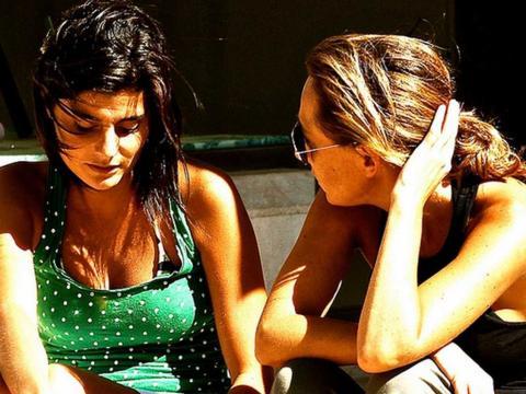 Dos chicas jóvenes mantienen una conversación