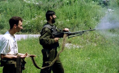 Dos soldados serbobosnios disparan durante la matanza de Srebrenica