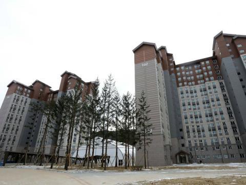 Dos edificios de la Villa Olímpica construida para los Juegos de Invierno de 2018 en Corea del Sur