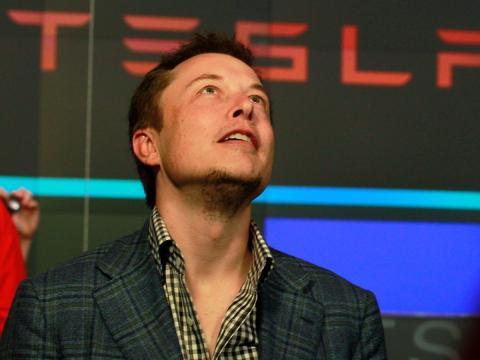 Elon Musk mira arriba