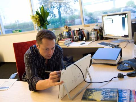 Elon Musk muy concentrado