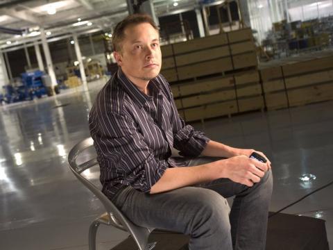 Elon Musk pensativo