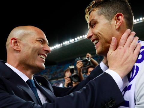 El entrenador del Real Madrid, Zinedine Zidane, abraza al jugador de fútbol Cristiano Ronaldo tras ganar la Champions League.