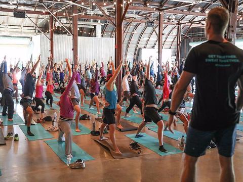 Entrenador dirige una clase de yoga en el gimnasio